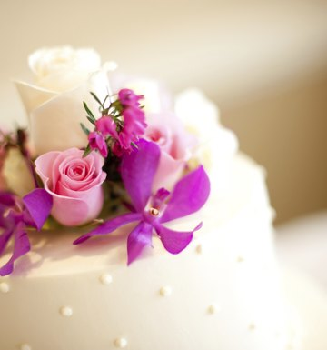 How to Arrange Fresh Flowers on a Wedding Cake