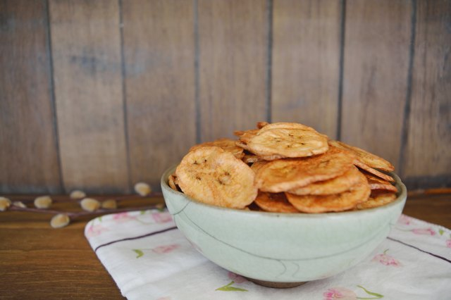Dried banana chip slices