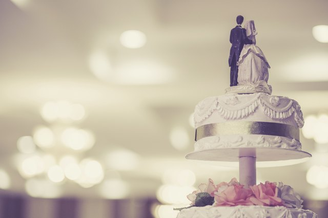 Vintage style photograph of a traditional wedding cake & How to Stack a Wedding Cake With Separator Plates u0026 Pillars | LEAFtv