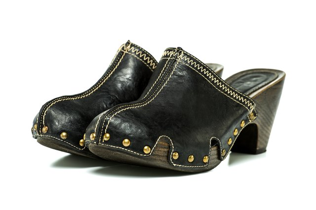 Fashionable clogs sandals in black leather