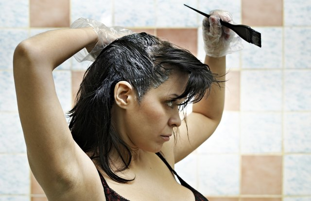 woman dyeing hairs