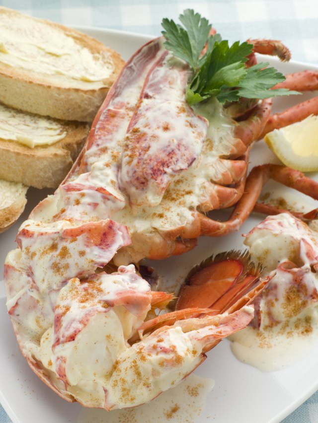 How to Poach Lobster Tail in Butter | LEAFtv