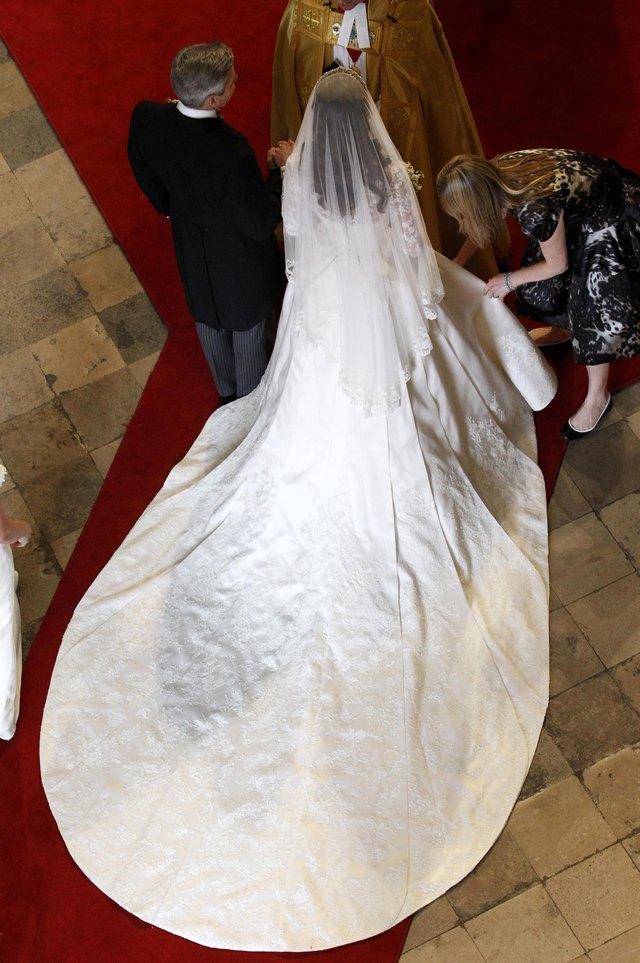 The Hem Of Dutchess Cambridge S Wedding Dress Was A Smooth Elliptical Shape
