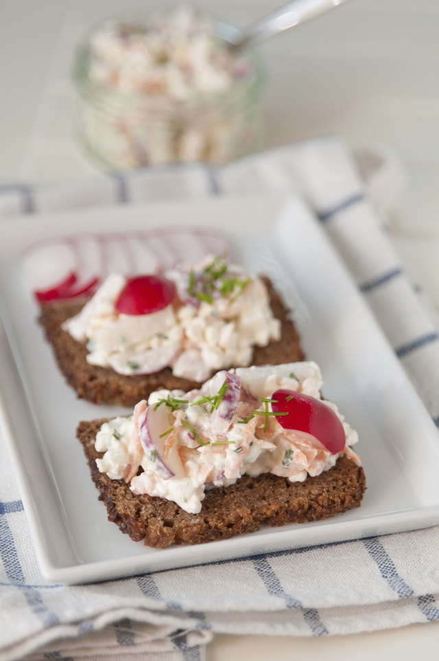 Bread with cottage cheese, radish and chives