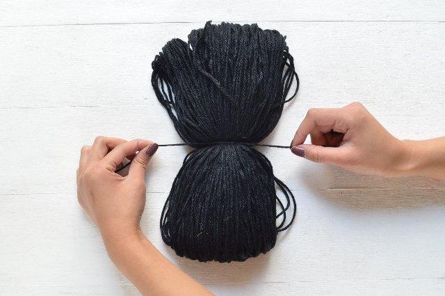 Tie the yarn around the center